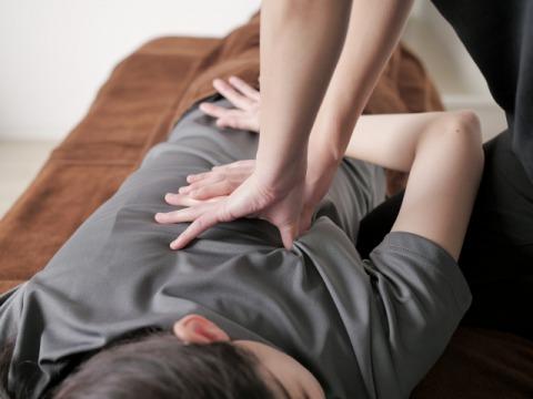 背中の痛み施術480.jpg